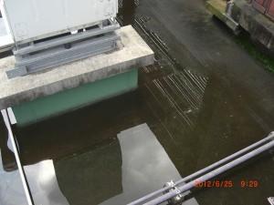 排水口の詰まりから床面に溜まってしまった雨水