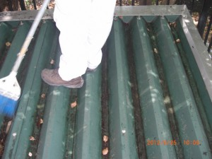 溜まった落ち葉を取り除くことで水の流れが良くなり、腐食を予防します