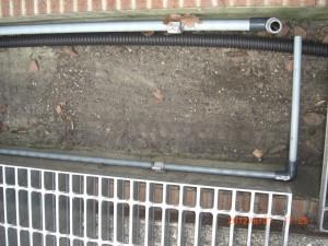 落ち葉や泥を除去した側溝です。